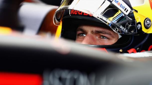 Verstappen vem logo atrás das duas Ferraris, em quarto (Foto: Divulgação/Red Bull Racing)