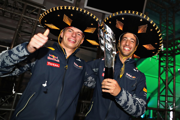 Max Verstappen (esq.) e Daniel Ricciardo (dir.) continuam na Red Bull (Foto: Mark Thompson/Getty Images)