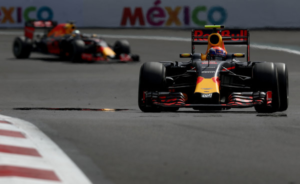 Graças a uma ordem de equipe, Verstappen (frente) ultrapassou Ricciardo (Foto: Lars Baron/Getty Images)