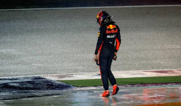 Verstappen voltou a pé para os boxes em Marina Bay (Foto: Lars Baron/Getty Images)