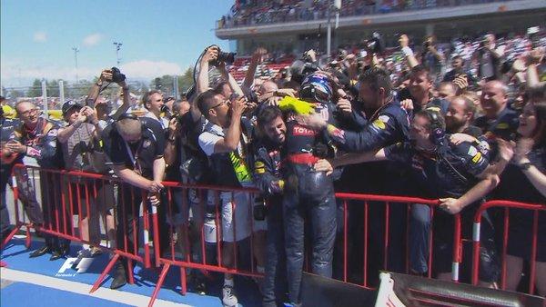 Verstappen comemora efusivamente com sua equipe (Foto: Divulgação/F1)