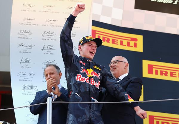A vitória surpreendente na Espanha garantiu a permanência de Verstappen na equipe (Foto: Clive Mason/Getty Images)