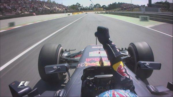 Verstappen comemorando a vitória em seu carro (Foto: Divulgação/F1)