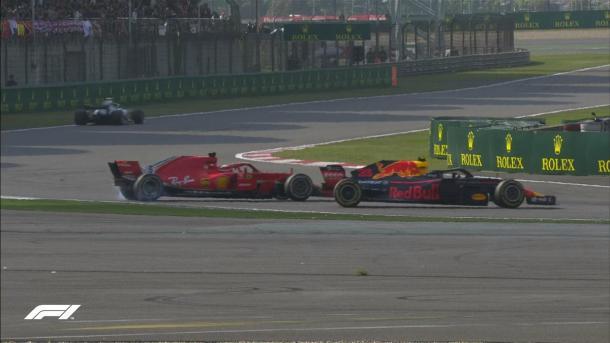 Verstappen tentou a ultrapassagem em Vettel, mas bateu e os dois ficaram ao contrário (Foto: Reprodução/F1)