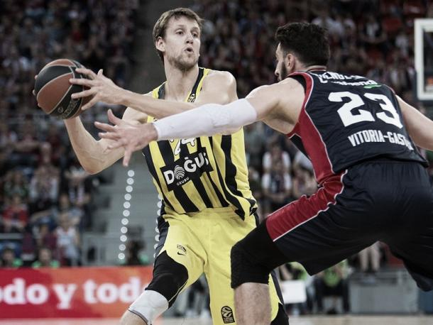 Jan Vesely defendido por Shengelia/ Foto: Euroleague.net