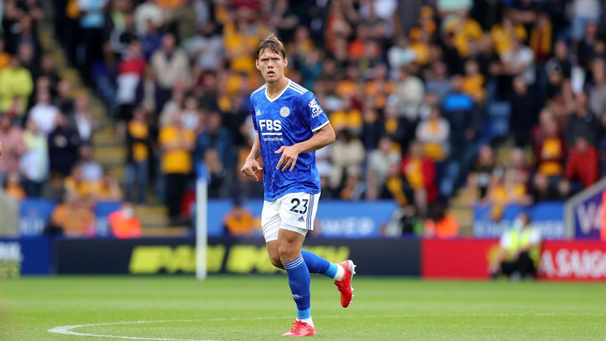 Vestergaard disputando un partido con el Leicester City. FUENTE: LCFC