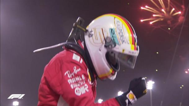 Sob os fogos em Sakhir, Vettel comemorou muito o triunfo (Foto: Reprodução/F1)