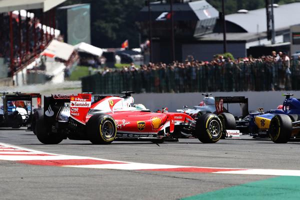 Vettel rodou na primeira curva, e a confusão aconteceu atrás (Foto: Mark Thompson/Getty Images)