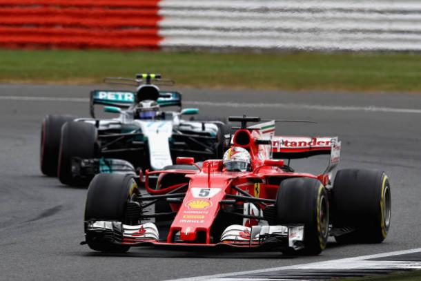 Vettel e Bottas fizeram um grande duelo no fim, e o finlandês conseguiu a ultrapassagem (Foto: Clive Mason/Getty Images)