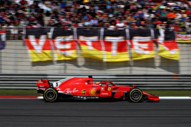 Vettel largou na pole, mas teve uma corrida atribulada e chegou em oitavo (Foto: Clive Mason/Getty Images)