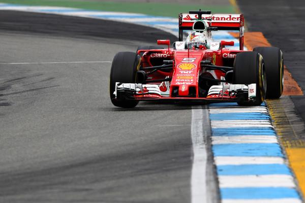 Sozinha, a Ferrari rumava pela segunda colocação, mas não esperava a chegada da Red Bull (Foto: Mark Thompson/Getty Images)