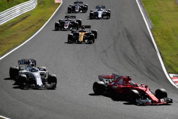 Vettel (frente) foi ultrapassado por quase meio grid no começo e abandonou (Foto: Clive Mason/Getty Images)