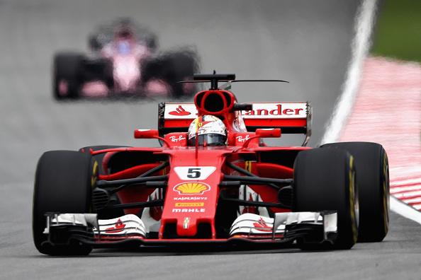 Vettel chegou atrás de Hamilton, mas conseguiu diminuir parte do prejuízo (Foto: Lars Baron/Getty Images)