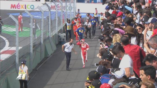 Vettel cruzou em quarto, mas com a punição de Verstappen, foi - literalmente - correndo ao pódio (Foto: Divulgação/F1)