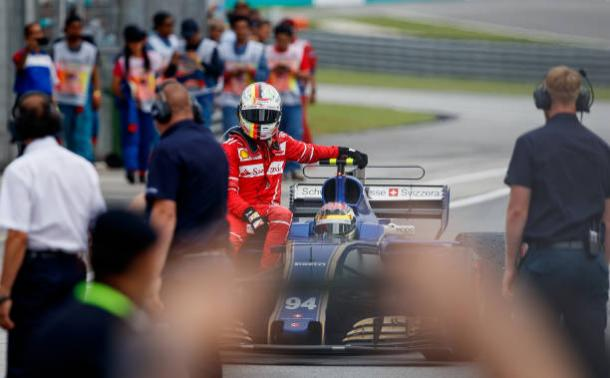 Vettel teve que voltar de carona com Wehrlein aos boxes (Foto: Lars Baron/Getty Images)