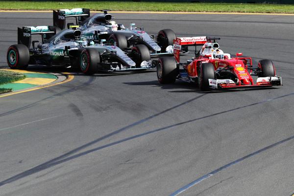 Vettel defiende la posición ante Rosberg y Hamilton. Fuente: Zimbio