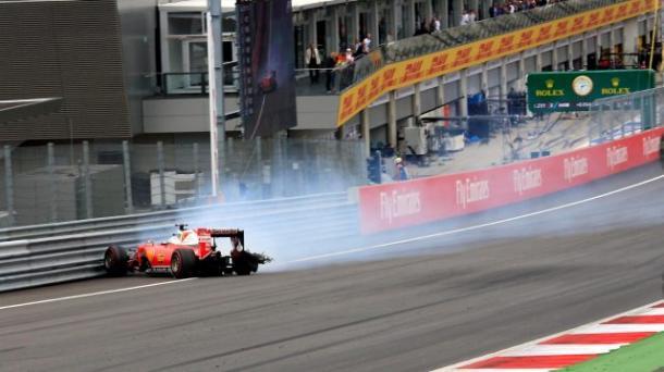 El nuemático izquiero trasero de Vettel explotó causando un accidente. Fuente: Sutton