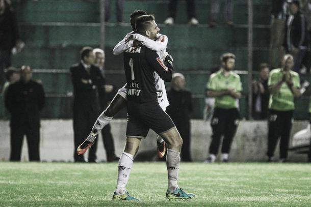 Victor comemora com Cazares a classificação do Atlético (Foto: Bruno Cantini/Atlético-MG)