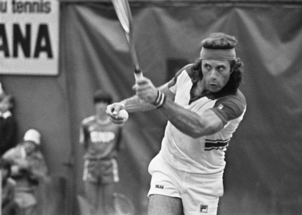 Vilas during his blowout 1977 French Open final win, amidst his then-record clay court winning streak. Photo: AFP