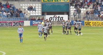 Los jugadores realistas celebran el primer tanto de Diaz de Cerio. Fuente: corazontxuriurdin.com