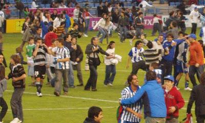Los aficionados de mendizorroza saltaron al césped, tras el 3-2 de Toni Moral. Fuente: corazontxuriurdin.com