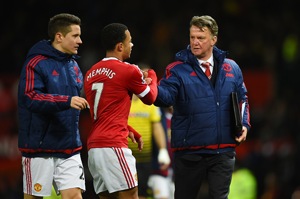 Louis van Gaal shakes hands with Memphis | Photo: Shaun Botterill/Getty Images Sport