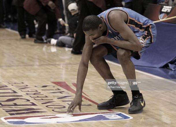 Kevin Durant se lamenta tras perder las Finales de Conferencia contra Dallas   Foto: Ronald Martínez, GettyImages