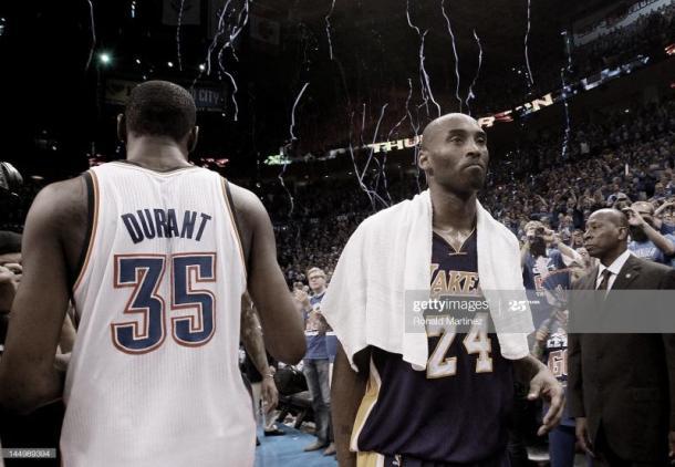 Kobe Bryant (#24) pasa al lado de Kevin Durant tras ser derrotado | Foto: Ronald Martinez, GettyImages