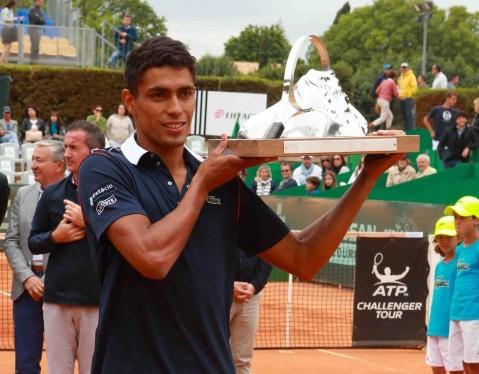 Thiago levanta o primeiro troféu da carreira/ Foto: ATP/ Divulgação