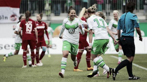 Wolfsburg's Vanessa Bernauer and Alexandra Popp celebrate a goal (Jan Kuppert - dfb.de)