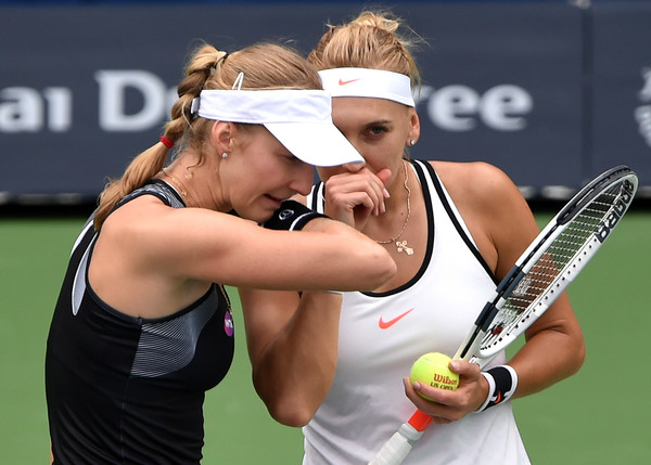 Ekaterina Makarova and Elena Vesnina discuss tactics | Photo: Tom Dulat/Getty Images Europe