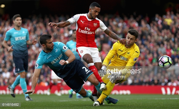 Theo Walcott grabs his first of the afternoon. | Photo: Getty Images - Julian Finney
