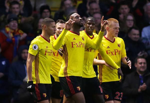 Wague celebra su tanto, el del empate, señalando al cielo. Foto: Getty Images