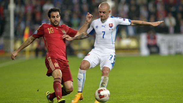 Vladimir Weiss (droite) au duel avec Cesc Fabregas (gauche) (Source: gettyimages)