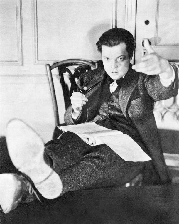 "Welles posando para ""The American Magazine"" en Junio de 1938 (PD)"