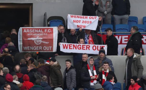 Após a derrota para o Brighton, torcedores protestaram pela saída de Wenger do comando do Arsenal (Foto: Christopher Lee/Getty Images)