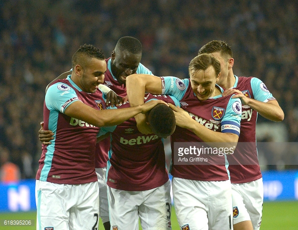 West Ham players mob Edimilson Fernandes (C) after his goal | Photo: GettyImages