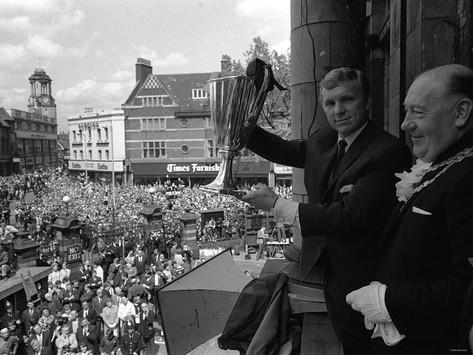 Moore celebrando la Recopa con todos los 'irons'. | Foto: BBC