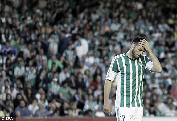 Above: Heiko Westermann was dismissed for Real Betis in their 1-0 defeat to Barcelona | Photo: EPA