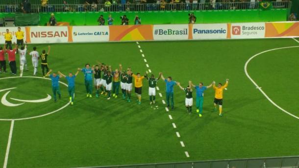 Jogadores agradecem a presença do público após o término do jogo (Foto: Pedro Henrique Guimarães/VAVEL Brasil)