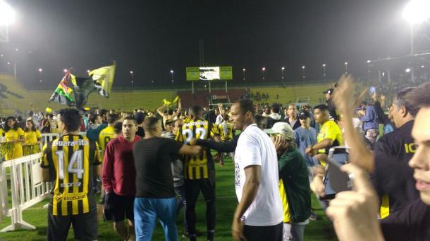 Torcida tricolor invadiu o gramado do Raulino | Foto: Pedro Henrique Guimarães/VAVEL BRasil
