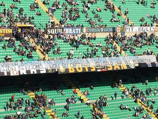 """""""Você não é um homem... Você não é um capitão... Você é apenas um pedaço de m...."""", dizia uma faixa na arquibancada do Giuseppe Meazza para o jogo contra o Cagliari (Foto: Reprodução)"""