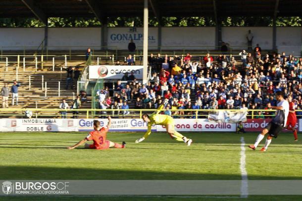 Abel marca ante Llorente y Toño. Foto: Burgos
