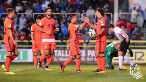 Capilla, Concha y Willy felicitan a Oyarzabal por el gol del 2-3. Foto: Real Sociedad