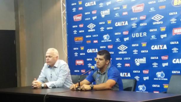 Ao lado de Guilherme Mendes, diretor de comunicação do Cruzeiro, Sidnei concedeu entrevista no Mineirão (Foto: Isabelly Morais/VAVEL Brasil)