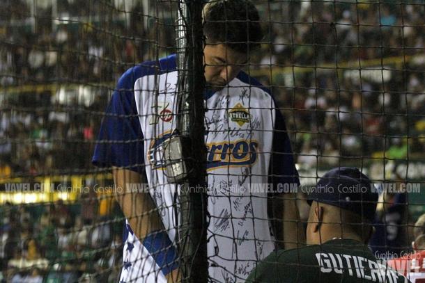 Agustín Murillo recibió las firmas de sus compañeros, como recuerdo del evento.