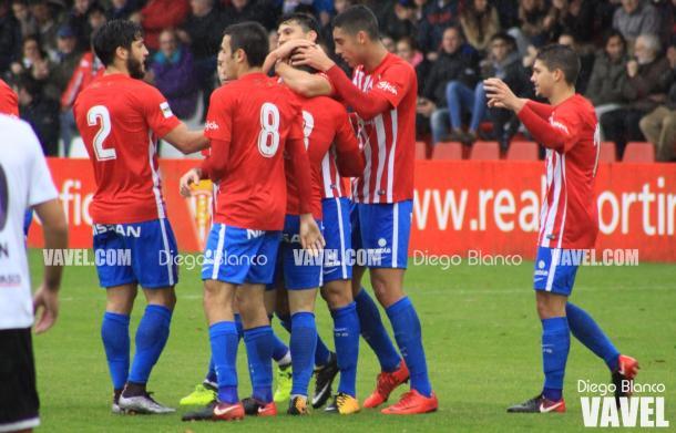 Jugadores del Sporting celebrando el gol de Claudio. | Imagen: Diego Blanco-VAVEL.