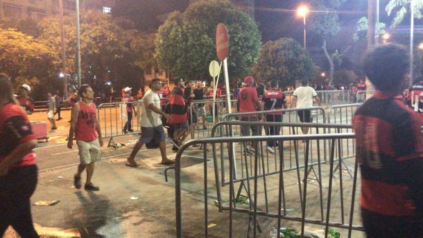 O que sobrou das grades: torcedores invadiram entrada da Leste Superior (Foto: Rafael Lisboa/VAVEL Brasil)