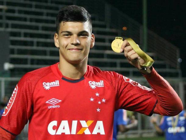 Gabriel Brazão exibe medalha da conquista da Supercopa do Brasil Sub-20 (Foto: Divulgação/Assessoria P2)
