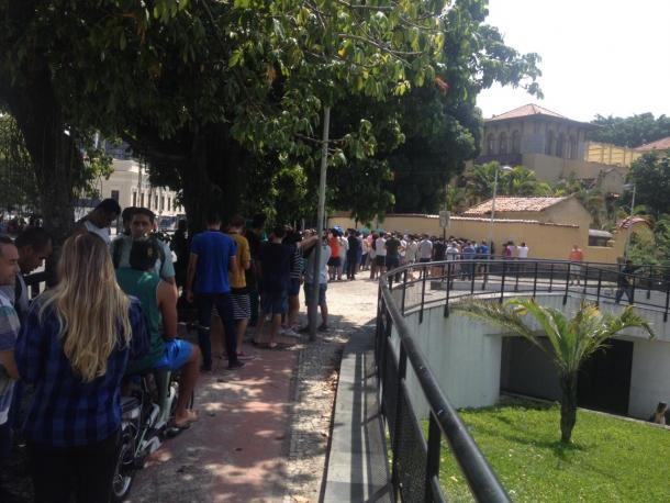 Torcedores enfrentam longas filas em General Severiano (Foto: Larissa Sansão)